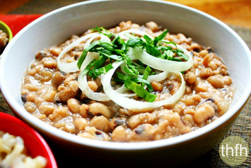 Close up view of a bowl of Easy Vegan Slow Cooker Black Eyed Peas